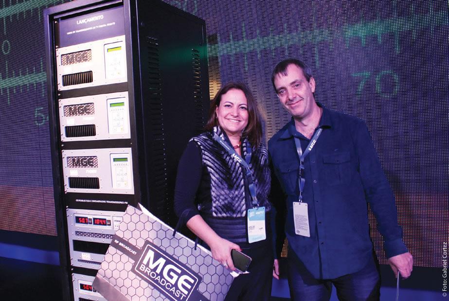 Rose Gaia e Marcelo Godoy, da MGE Broadcast, posam para a Revista da SET no estande da companhia