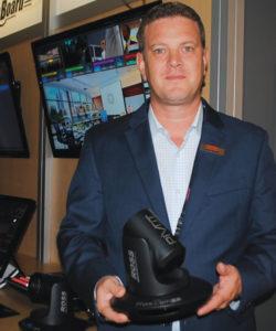 Jason Barden, diretor de vendas para América Latina de Ross Video, mostrou à reportagem da Revista da SET, no estande da companhia canadense, a nova PIVOTCam, nova câmera robótica para estúdio, o equipamento com lente Cam-20 opera em 720P/1080i/1080P 3G 1080P 50 ou 59.94