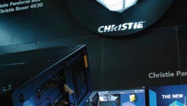 O projetor Christie Pandoras Box V6 pode exibir imagens imagens em várias dimensões com UV (Re-)Mapping, 2D-Focused UI e 3D Render Engine apresentado na NAB 2017